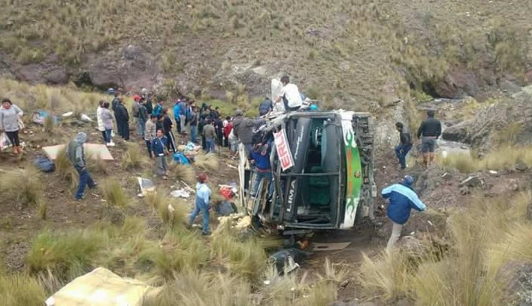 Photo of Mueren al menos 10 personas por accidente de autobús en Perú