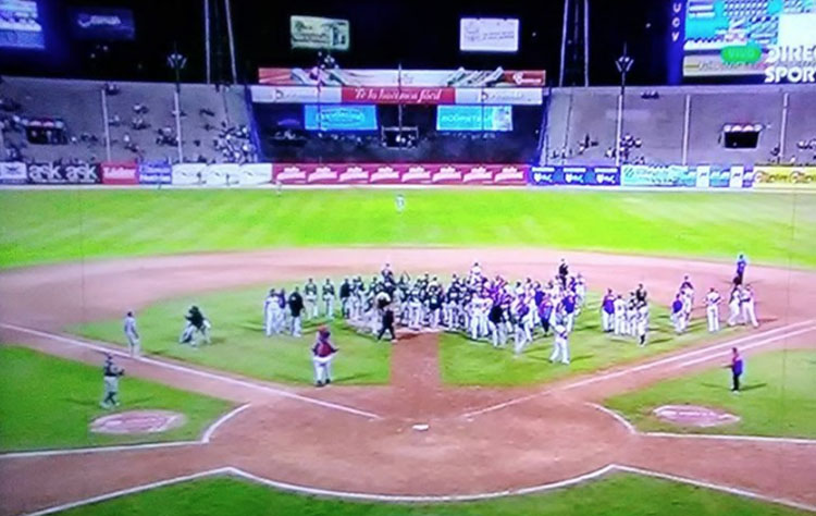 Photo of Leones y Tiburones protagonizaron tángana en el Universitario (+Video)