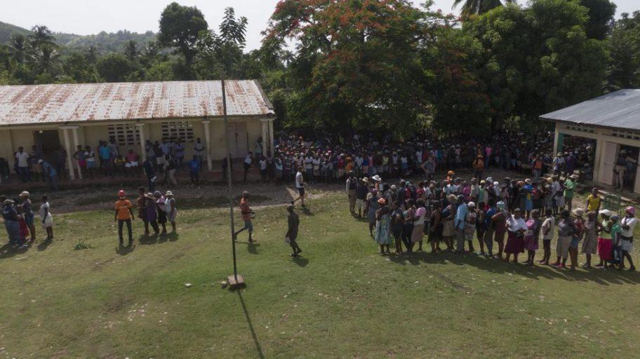 Las filas durante la entrega de alimentos en la escuela rural de la montaña.